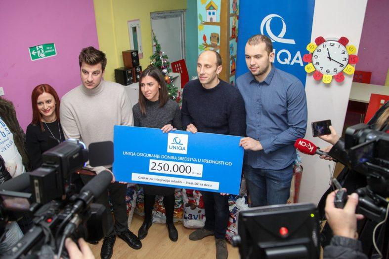 Vaterpolisti uručili donaciju i novogodišnje paketiće UNIQA osiguranja Svratištu za decu