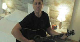 PevačStaša Brajovićjedan je od retkih sa našeg podnevlja koji je uspeo da se upiše u Ginisovu knjigu rekorda!